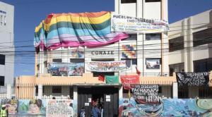 Integrantes de la Conaie están en vigilia permanente para defender su sede. Foto: EL COMERCIO